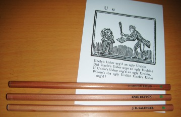 Kartu pos dan pensil dari BooksActually