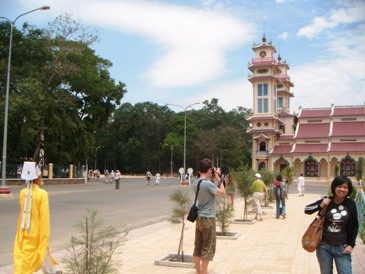 Bagian luar Kuil Cao Dai dan turis