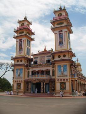 Bagian depan kuil Cao Dai