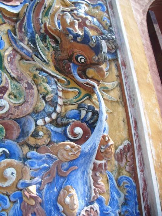 Ukiran naga timbul Citadel Hue