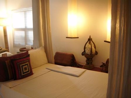 Tempat tidur utama di junior suite Montrara