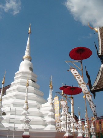 Pagoda putih Wat Phan Tao