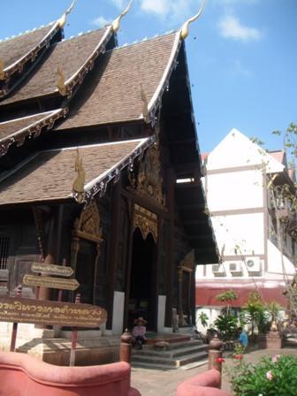Sebelah depan Wat Phan Tao