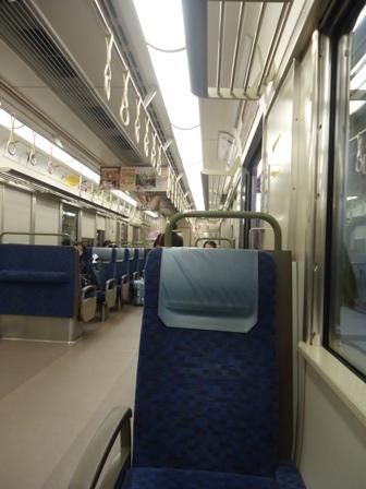 Seperti juga di kota-kota lain di Jepang, kereta di Osaka bersih dan tepat waktu.
