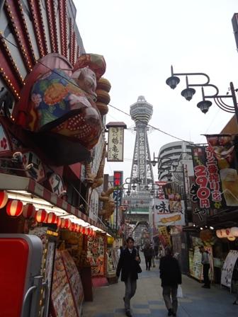 Shinsekai yang bergaya zaman Showa, dengan Menara Tsutenkaku di sebelah belakang.