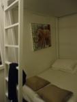 Ranjang sebelah bawah (untuk berdua) di kamar tidur untuk bertiga di 5footway Inn Sultan Mosque.