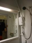 Kamar mandi dalam di kamar untuk bertiga di 5footway Inn Sultan Mosque.