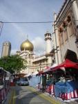 Masjid Sultan (Sultan Mosque) di Kampong Glam. Banyak penginapan murah dan tempat makan halal di daerah ini.