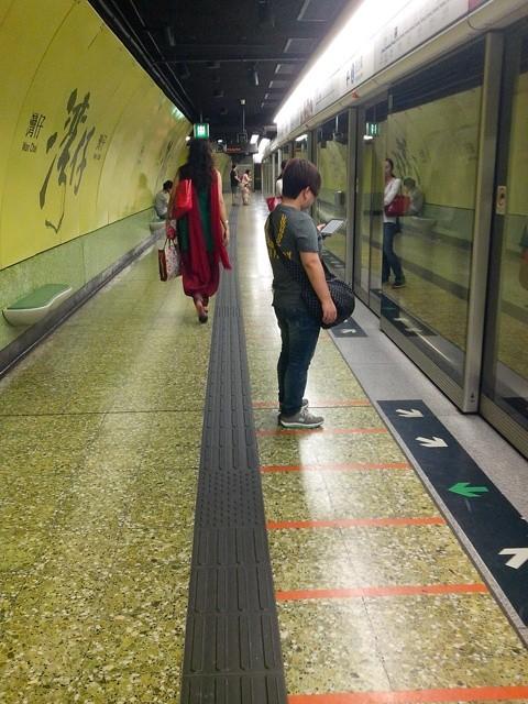 Yang ini stasiun MRT Wan Chai. Dindingnya hijau. Di stasiun ini ada hotspot Wi-Fi gratis lho!