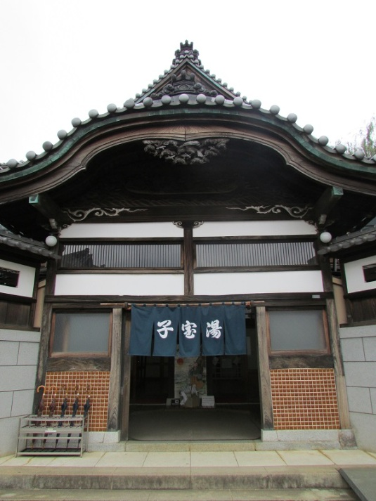 Dari jauh, kami berfoto-foto penuh gaya dengan latar belakang bangunan besar ini. Kami kira rumah bangsawan atau apalah. Setelah dekat... ternyata Kodakara-yu, pemandian umum!