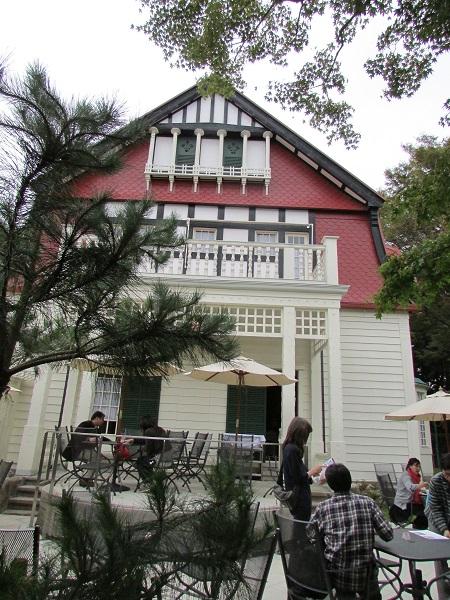 House of George de Lalande ini kini menjadi kafe tempat Anda bisa bersantai bila lelah berjalan kaki mengelilingi museum terbuka yang cukup luas ini.