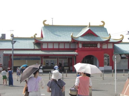 Tampak depan Stasiun Katase-Enoshima.