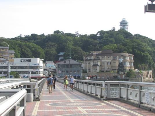 Enoshima, dilihat dari jembatan penghubung dengan daratan utama.