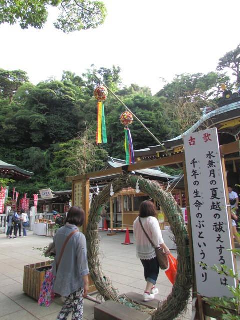 Orang-orang berjalan melewati chinowa ini untuk melenyapkan hal-hal buruk dalam hidup mereka.