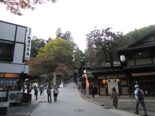 Deretan toko di kaki gunung Takao.